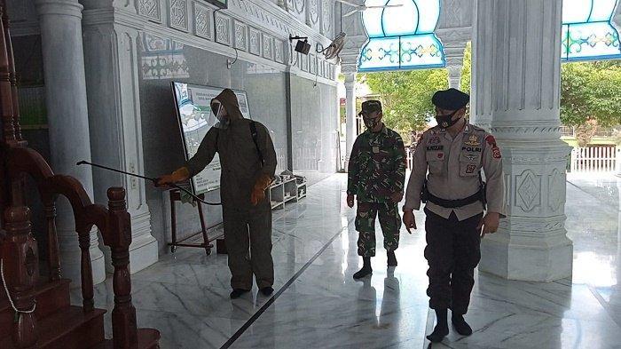 Jelang Idul Fitri, Brimob Polda Aceh Semprot Disinfektan Serta Bagi Sembako di Pedalaman Aceh Utara