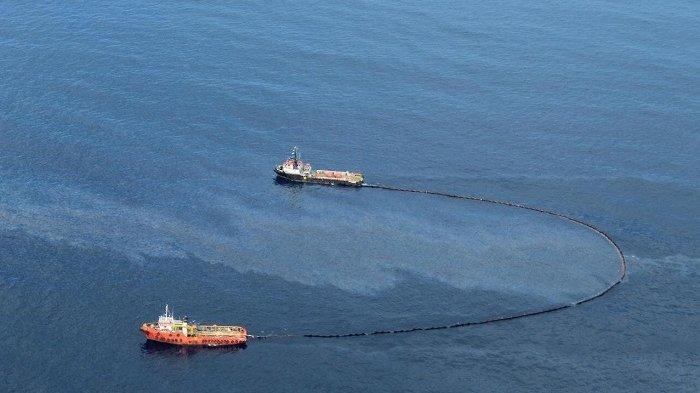 Pertamina Kerahkan 13 Kapal untuk Bersihkan Lapisan Minyakdi Lepas Pantai Aceh