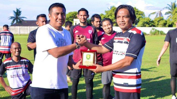 Presiden Pemko Sabang FC, Andri Nourman AP M.Si saling bertukar cendera mata dengan Presiden Manggala FC, Zulfikar S.STP pada laga silaturahmi yang berlangsung di Stadion Sabang Merauke, Kota Sabang, Jumat (17/9/2021).