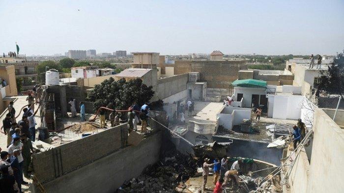 Pesawat Penumpang Pakistan Jatuh Timpa Rumah Penduduk, 107 Penumpang dan Awak Tewas