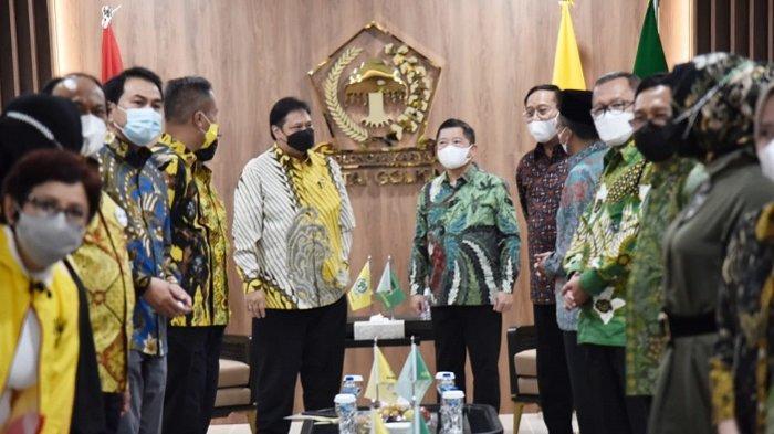 Ketua Umum Partai Golkar Airlangga Hartarto dan Ketua Umum Partai Persatuan Pembangunan (PPP) Suharso Monoarfa menyinggung kesamaan kedua partainya dalam pertemuan silaturahmi di kantor DPP partai Golkar, Slipi, Jakarta Barat, Selasa (30/3/2021) malam