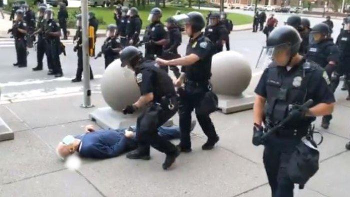 Video Detik-Detik Polisi New York Dorong Pria Lansia hingga Jatuh Terkapar dan Berdarah di Kepala