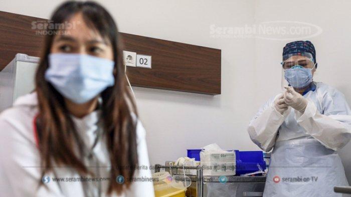 Petugas kesehatan menerima suntikan vaksin corona buatan Sinovac di Rumah Sakit Siloam TB Simatupang, Jakarta Selatan, Kamis (14/1/2021)