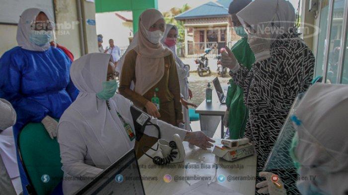 FOTO - Penyuntikan Perdana Vaksin Sinovac Covid-19 Bagi Tenaga Medis dan Unsur Muspika Aceh Besar - petugas-medis-memeriksa-kesehatan.jpg