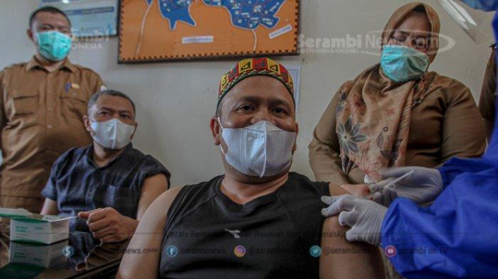 FOTO - Penyuntikan Perdana Vaksin Sinovac Covid-19 Bagi Tenaga Medis dan Unsur Muspika Aceh Besar - petugas-medis-menyuntikan-vaksin-covid19.jpg
