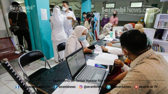 FOTO - Ragam Ekspresi Wajah Nakes Saat Divaksin Covid-19 di RSUD Meuraxa Kota Banda Aceh - petugas-mendaftar-vaksin-covid-19-sinovac.jpg