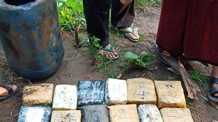 Ini Dua Tersangka Pemilik 12 Kilogram Sabu-Sabu yang Ditanam di Belakang Rumah