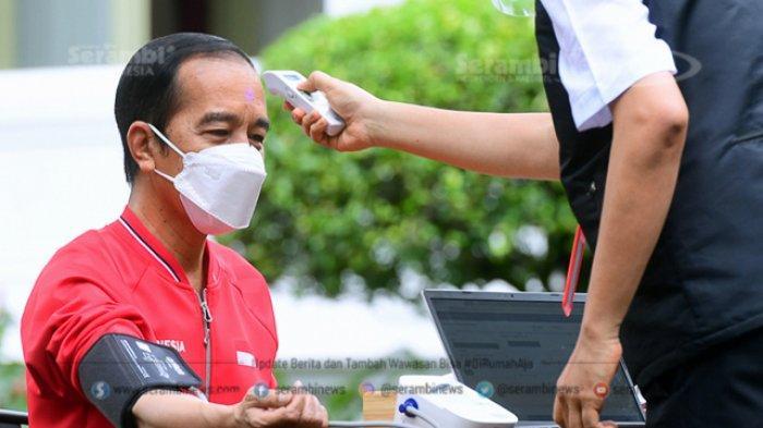 FOTO - Presiden Joko Widodo Terima Suntikan Dosis Kedua Vaksin Sinovac Covid-19 - petugas-mengecek-suhu-tubuh-presiden-joko-widodo.jpg