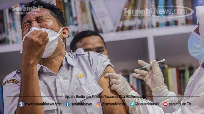 FOTO - Ragam Ekspresi Wajah Nakes Saat Divaksin Covid-19 di RSUD Meuraxa Kota Banda Aceh - petugas-menyuntikkan-vaksin-1.jpg