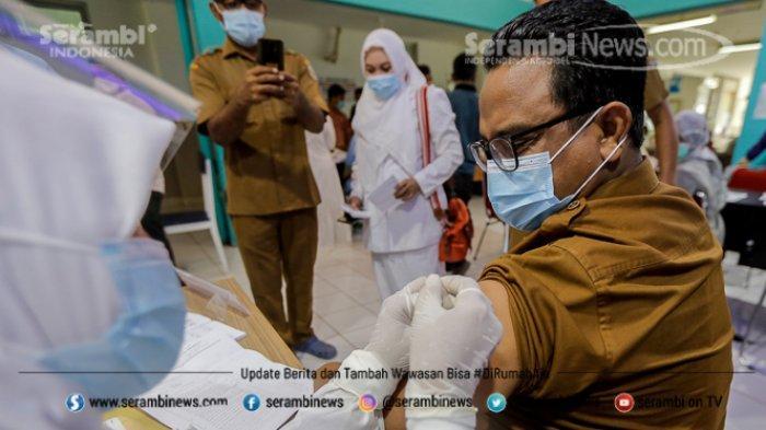 FOTO - Ragam Ekspresi Wajah Nakes Saat Divaksin Covid-19 di RSUD Meuraxa Kota Banda Aceh - petugas-menyuntikkan-vaksin-11.jpg
