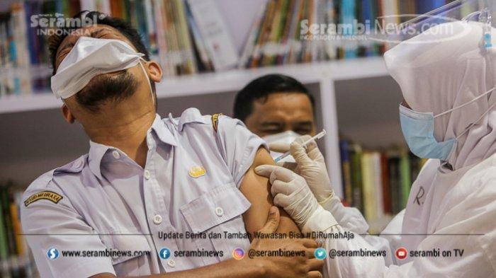 FOTO - Ragam Ekspresi Wajah Nakes Saat Divaksin Covid-19 di RSUD Meuraxa Kota Banda Aceh - petugas-menyuntikkan-vaksin-2.jpg