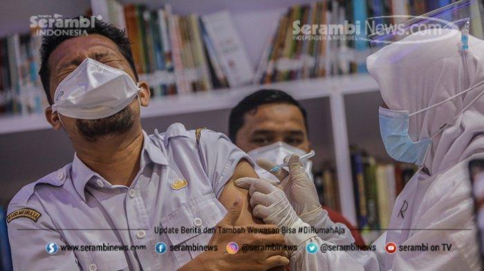 FOTO - Ragam Ekspresi Wajah Nakes Saat Divaksin Covid-19 di RSUD Meuraxa Kota Banda Aceh - petugas-menyuntikkan-vaksin-3.jpg