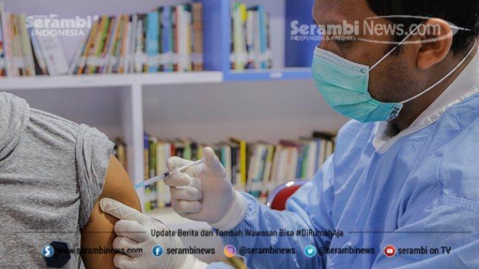 FOTO - Ragam Ekspresi Wajah Nakes Saat Divaksin Covid-19 di RSUD Meuraxa Kota Banda Aceh - petugas-menyuntikkan-vaksin-7.jpg