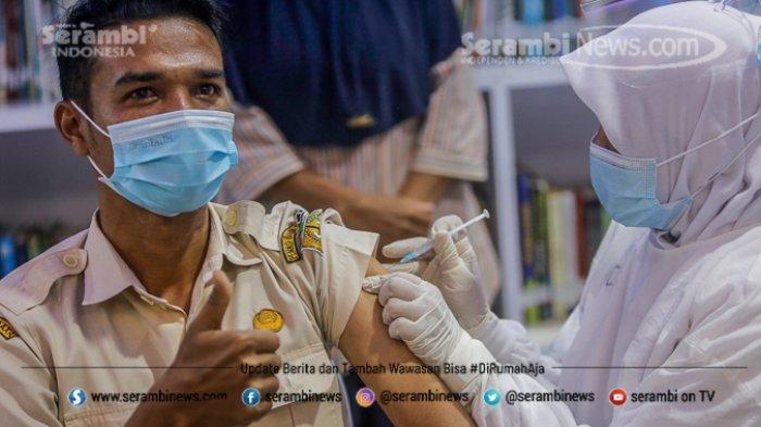 FOTO - Ragam Ekspresi Wajah Nakes Saat Divaksin Covid-19 di RSUD Meuraxa Kota Banda Aceh - petugas-menyuntikkan-vaksin-9.jpg