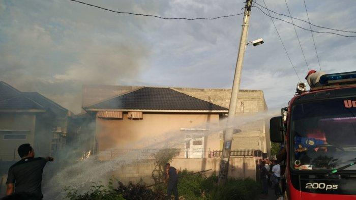 Tumpukan Kayu dalam Area Perumahan di Lambhuk Terbakar, Warga Panik