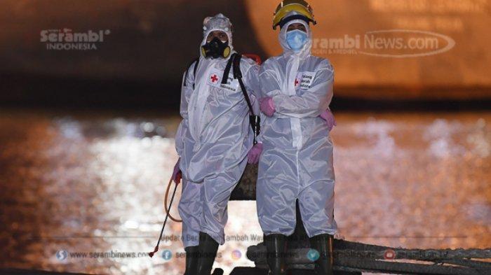 FOTO - Basarnas Evakuasi 10 Kantong Jenazah dalam Pencarian Korban Pesawat Sriwijaya Air SJ182 - petugas-pmi-bersiaga-untuk-menyemprot-cairan-disinfektan-33.jpg