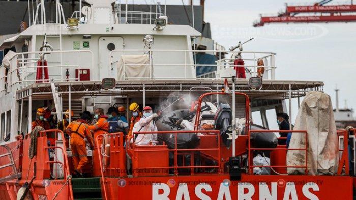 FOTO - Hari Ke-6 Pencarian Korban Sriwijaya Air SJ 182, Cockpit Voice Recorder (CVR) Belum Ditemukan - petugas-pmi-menyemprotkan-cairan-disinfektan-ke-kantong-jenazah-55.jpg