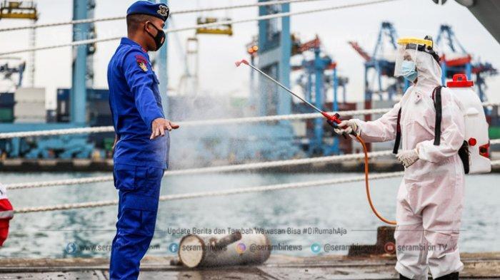 Petugas PMI menyemprotkan cairan kepada anggota ditpolair pada hari keenam Operasi SAR pesawat Sriwijaya Air SJ 182 di Dermaga JICT 2, Tanjung Priok, Jakarta Utara, Kamis (14/1/2021).