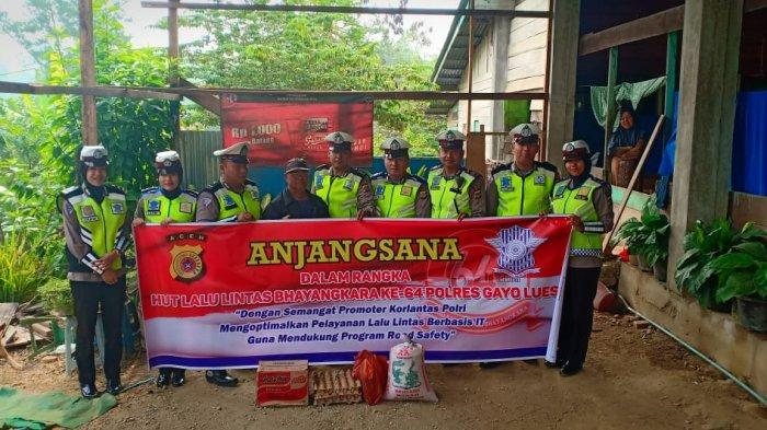 Petugas Satlantas Polres Gayo Lues Anjangsana ke Rumah Korban Kecelakaan dan Warga Miskin