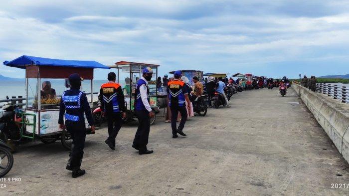 Petugas Gabungan 'Bersihkan' Pedagang dan Kendaraan Parkir di Atas Jembatan Ulee Lheue-Gampong Jawa