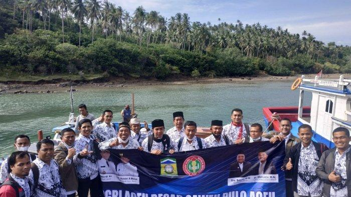 Unik! PGRI Pulo Aceh Gelar Pelantikan Pengurus di Depan Mercusuar William Torren, Begini Suasananya