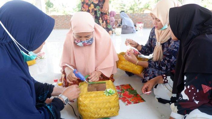 Tim PKM Unsam Langsa Perkenalkan Teknik Decoupage Art Gunakan Anyaman Bambu di Gampong Pasir Putih