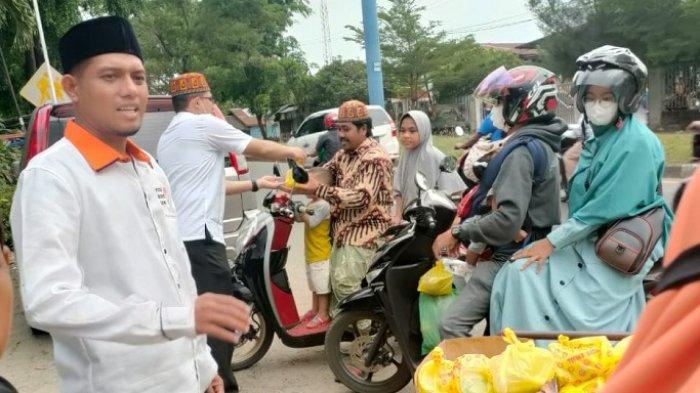 Fraksi Partai Keadilan Sejahtera (PKS) DPRK Aceh Besar bersama Pengurus DPD PKS Aceh Besar, membagikan ratusan paket takjil Ramadhan 1442 Hijriah kepada pengguna jalan dan masyarakat di Gampong Meunasah Krueng, Kecamatan Ingin Jaya, Kabupaten Aceh Besar persisnya depan Kantor DPD PKS Aceh Besar, Minggu (2/5/2021).