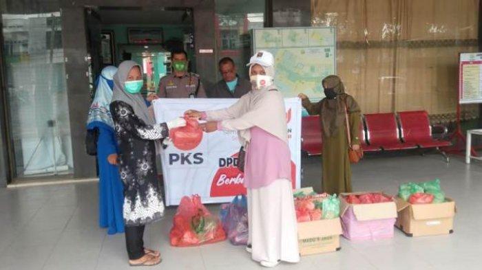 Milad Ke-19, PKS Pidie Sambangi Pengguna Jalan dan Pasien Rumah Sakit Jelang Buka Puasa