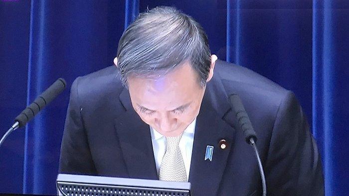 PM Jepang Yoshihide Suga berulang kali menundukkan kepalanya meminta maaf kepada masyarakat atas diberlakukannya Deklarasi Darurat (PSBB), Jumat (23/4/2021).