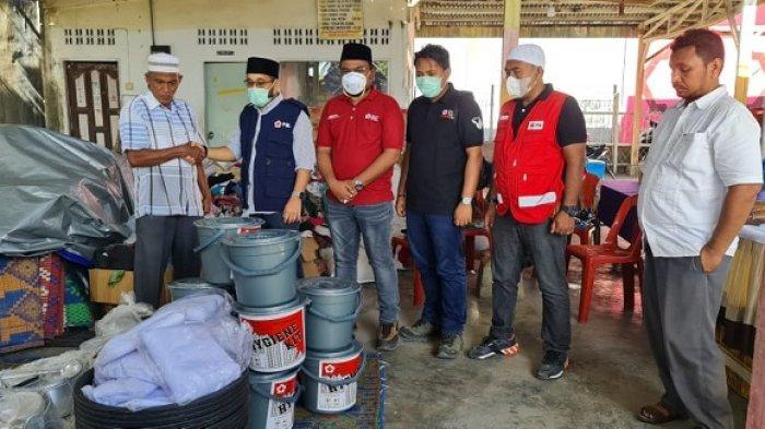 PMI Lhokseumawe Serahkan Bantuan untuk Korban Kebakaran di Batuphat Timur