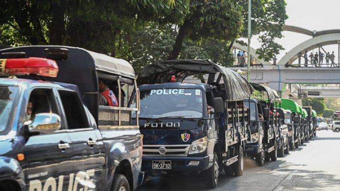 FOTO - Kondisi Terkini Kudeta Militer di Myanmar - polisi-dalam-barisan-truk-di-daerah-pusat-kota-yangon-4432.jpg