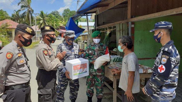Masa PPKM Mikro, Personel Polisi dan TNI Bagikan Sembako Untuk Pedagang Kecil