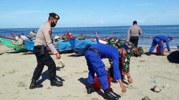 Polairud Abdya dan TNI AL Kutip Sampah Plastik di Bibir Pantai