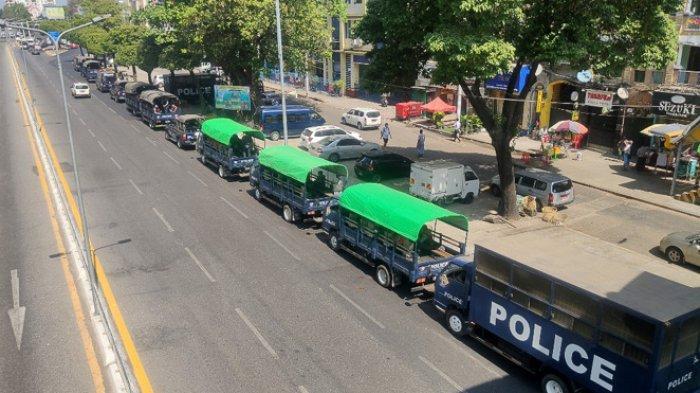 FOTO - Kondisi Terkini Kudeta Militer di Myanmar - polisi-duduk-di-kendaraan-di-sepanjang-jalan-di-yangon.jpg