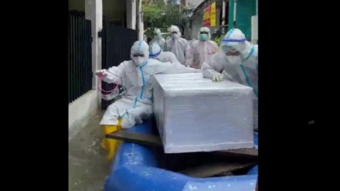 Terjebak Banjir di Jakarta, Polisi Evakuasi Jenazah Covid-19
