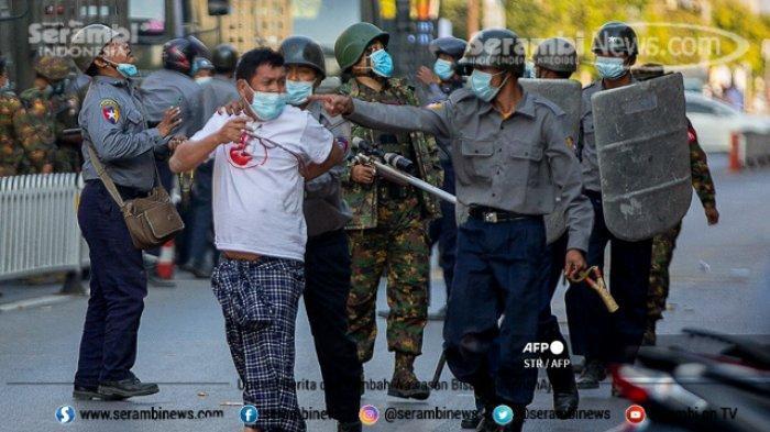 FOTO - Polisi Myanmar Pakai Ketapel Untuk Halau Massa, Militer Ancam 20 Tahun Penjara Bagi Pendemo - polisi-menangkap-seorang-pengunjuk-rasa.jpg