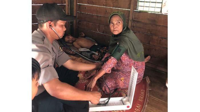 Kapolres Aceh Besar Sambangi Nek Khairul Nisa di Desa Lhieb Seulimeum