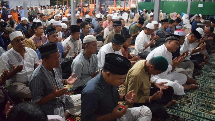 Polres Bireuen dan Ribuan Warga Setempat Takziah ke Rumah Duka Almarhum Bupati Saifannur