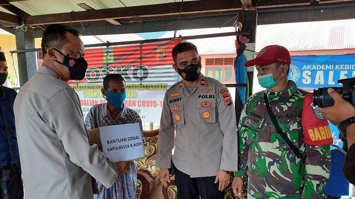 Kapolresta Banda Aceh Turun ke Ie Suum Aceh Besar, Salurkan Paket Sembako bagi 45 Fakir Miskin