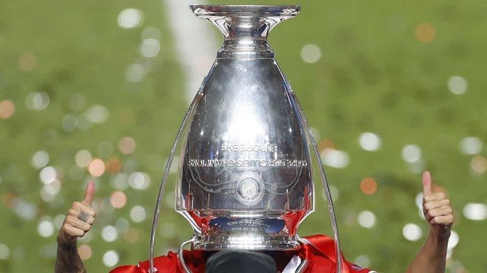 FOTO - Selebrasi Bayern Muenchen Juara Liga Champions Musim 2019-2020 - pose-unik-bek-bayern-munich.jpg