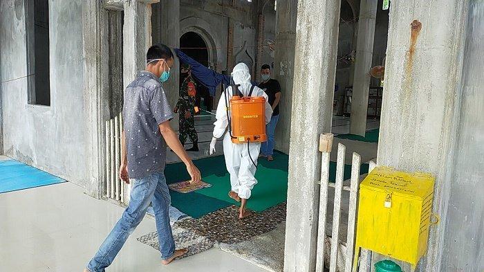 Jelang Idul Fitri 1442 Hijriah, Prajurit Kodim Nagan Raya Semprot Disinfektan di Sejumlah Masjid