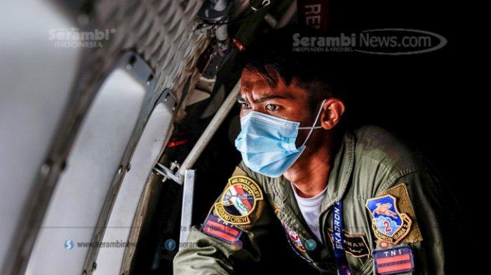 FOTO - Pantauan Udara Pesawat TNI AU di Lokasi Jatuhnya Pesawat Sriwijaya Air SJ182 - prajurit-tni-au-melakukan-pencarian-korban-dan-puing-pesawat-sriwijaya-air-sj-182-1.jpg