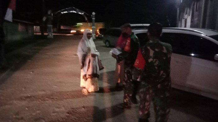 TNI Bagikan Masker Gratis untuk Jamaah Shalat Tarawih di Aceh Tamiang