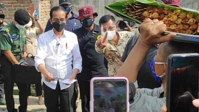 Pedagang Satai Ini Gratiskan Jualannya Setelah Dapat Amplop Putih dari Presiden Jokowi