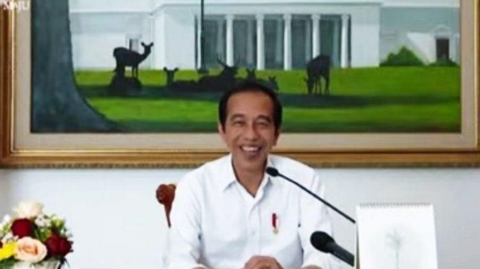 Tawa Presiden Jokowi saat berdialog secara virtual dengan para siswa SD dalam dangka hari anak nasional 2021, Jumat (23/7/2021).