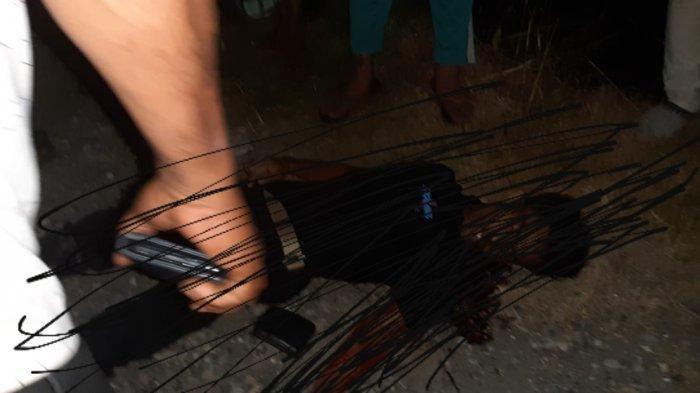Seorang pria yang bersimbah darah ditemukan meninggal dunia di Simpang Peut, Kecamatan Kuala, Nagan Raya, Jumat (16/7/2021) malam. Pria yang meninggal di KTP tercatat nama Khairul Ambiya, warga Desa Kuala Bubon, Samatiga, Aceh Barat
