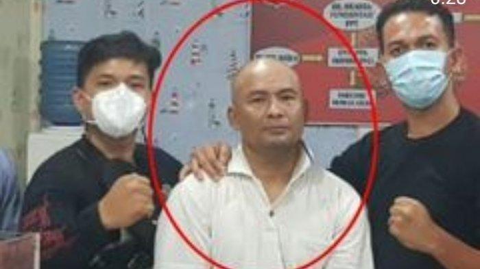 Pria bertatto yang sempat viral karena ingin bunuh putrinya akhirnya ditangkap petugas Sat Reskrim Polrestabes Medan.