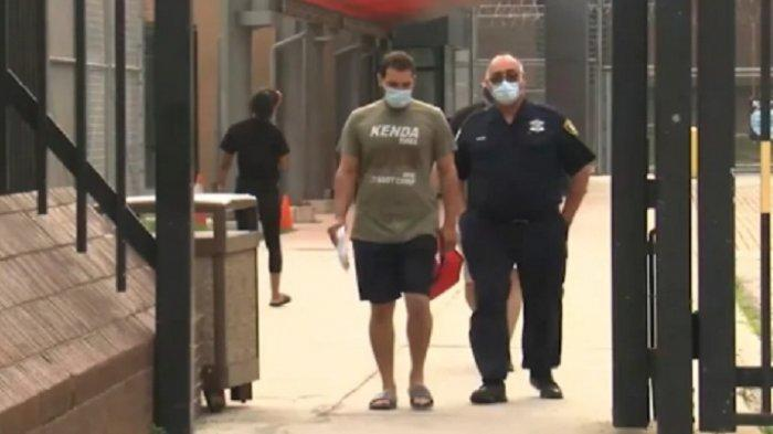 Polisi Chicago Tangkap Pria Penyimpan Senjata dan Amunisi di Hotel, Mengaku SalahAmbil Koper