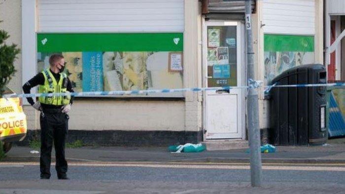 Polisi saat melakukan penyelidikan kejadian pria lari ke jalanann tanpa busana di Inggris