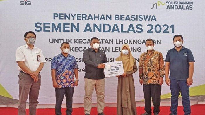 Sekda Aceh Besar Hadiri Penyerahan Beasiswa Semen Andalas 2021